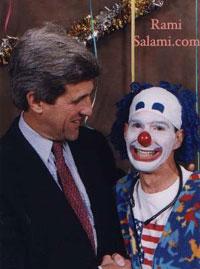 """Le """"John Kerry"""" sur le montage avec Anton LaVeyprovientde cette photo où il est photographié avec Rami Salami le clown.  John Kerry et L'Église de Satan.  Vérité ou Truquage? kerry rami"""