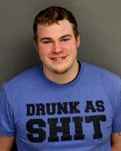 """Ross-McMakin  Un Imbécile se fait Arrêter pour Alcool au Volant avec un T-Shirt """"Saoul comme la Marde"""" sur le Dos Ross McMakin"""