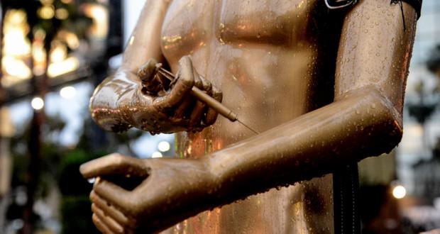 Une Statue qui se Shoot à l'Héroine Apparaît sur Hollywood BLVD heroin shooting oscar statu 620x330