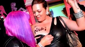 nicki_minaj_signing_boobs_293_164  Faire Signer ses Seins est un Symbole de Pouvoir Féminin selon Nikki Minaj nicki minaj signing boobs 293 164