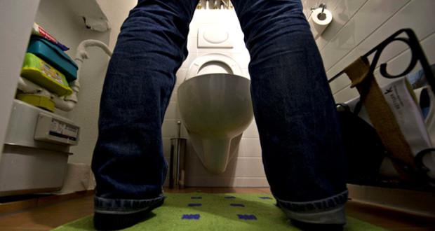Les Gauchistes et Les Féministes Veulent Maintenant Obliger les Hommes à s'Assoir pour Pisser pee standing up 620x330